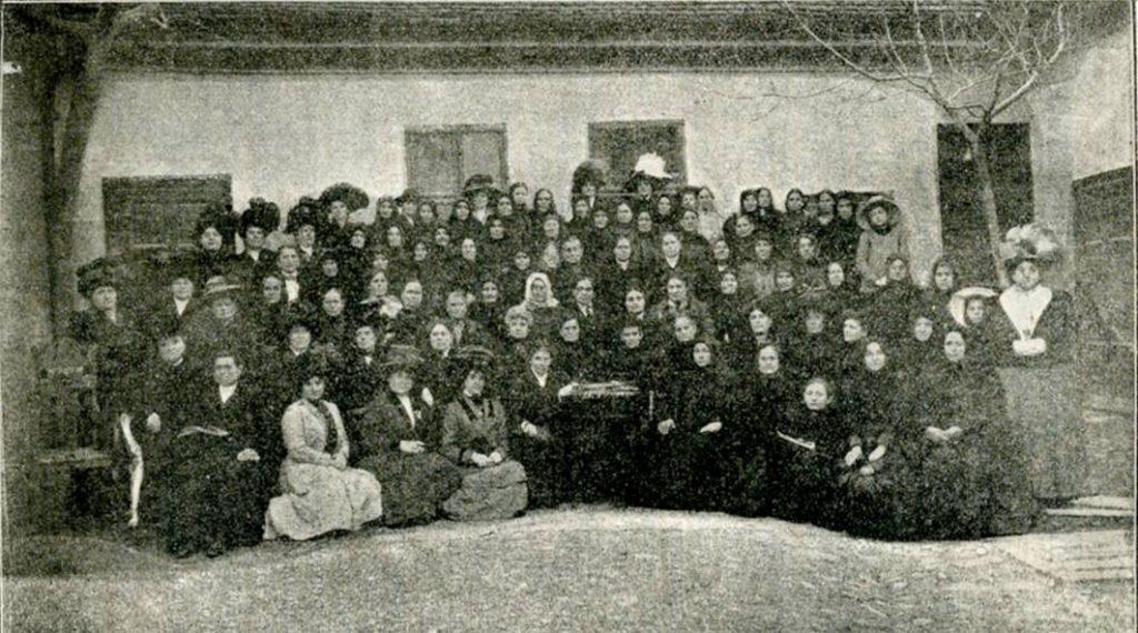 Članice ženske čitaonice Posestrima u Novom Sadu (ROMS)