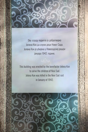 Natpis na zgradi Doma u ulici Sonje Marinsković u Novom Sadu: Ovu zgradu podigla je dobrotvorka Jelena Kon, da služi deci Novog Sada.