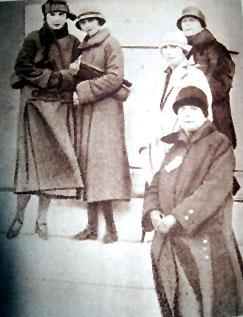 Leposava Petković (u prvom planu), dr Maša Živanović i dr Ksenija Atanasijević (sasvim levo) i Mira Kočonda-Vodvarka ( sasvim gore desno) pred put u Atinu 1925. Foтo: Жена и свет 15. 01. 1926.