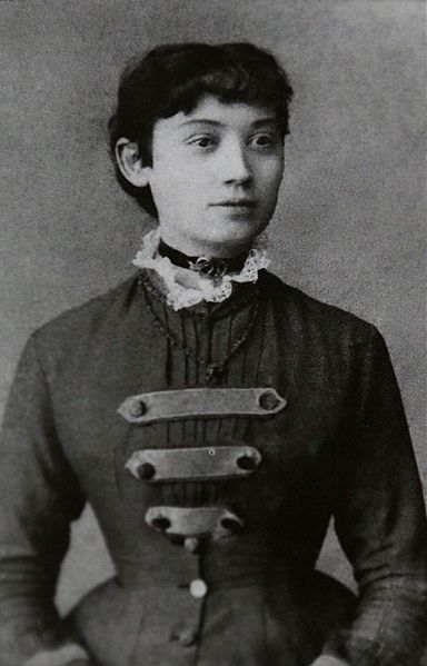 """Draga Gavrilović (1854-1917) je svojim delom """"Devojački roman"""" postala prva žena romanopisac u srpskoj kniževnosti, začetnica ženskog pisma ali i feminizma. Pored romana pisala je pesme, humorističke i polemičke članke. Objavljivala je u najznačajnijim časopisima svoga vremena, kao što su """"Javor"""", """"Orao"""", Sadašnjost"""", Neven"""", """"Starmali""""."""