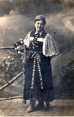 Eržika Mičatkova u narodnoj nošnji